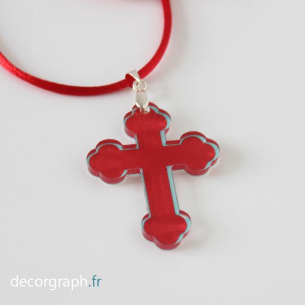 croix à porter légère et moderne en plexi