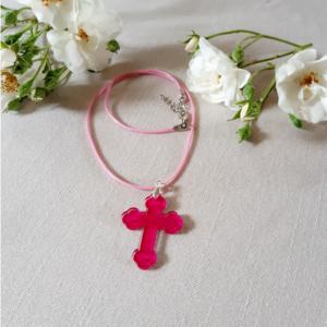 pendentif fushia croix en plexiglas